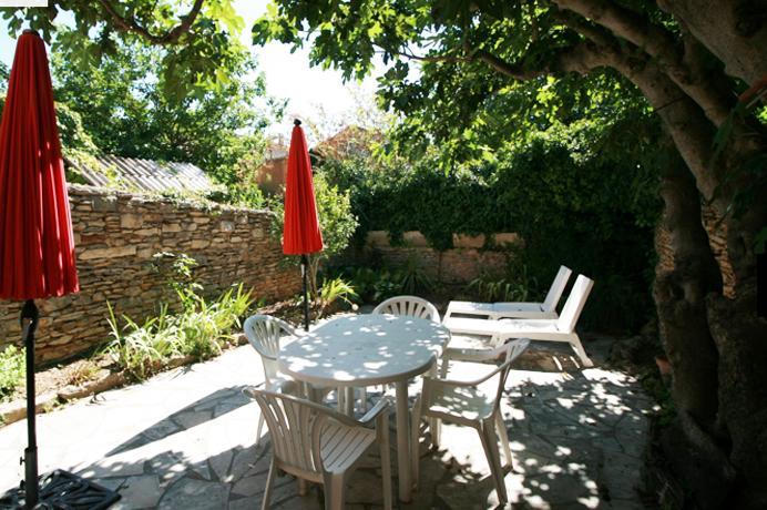 Ventoux Immo Provence, dorpshuis kopen met prachtige muren, tuin en dakterras