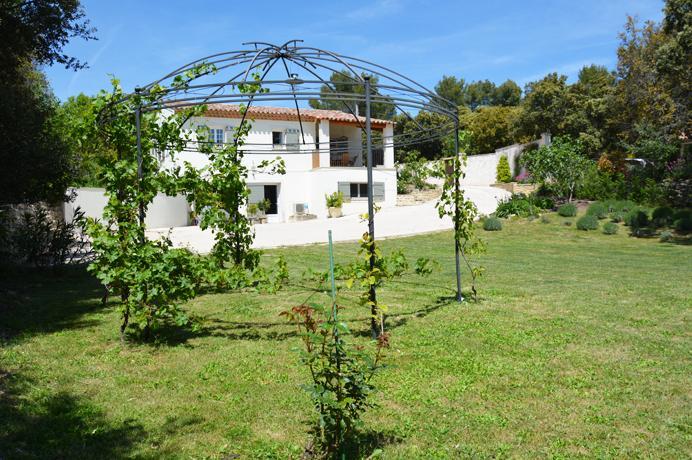 grote tuin van 2.000 m² met vele Provençaalse planten, fruitbomen en wijngaard