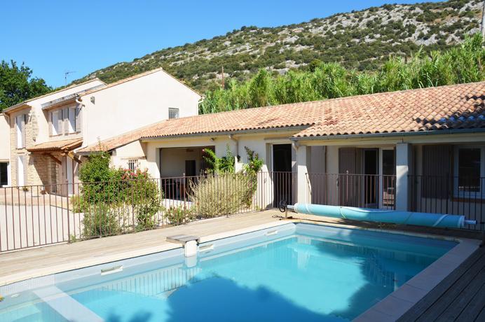 a vendre maison à Beaumes avec belle piscine chauffée en cuisine d'été