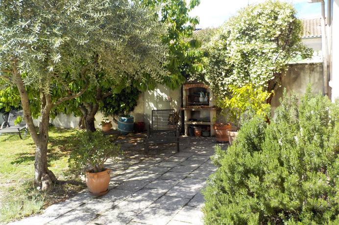huis kopen op wandelafstand van de stad, rustig gelegen met tuin, zwembad en bijgebouw