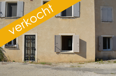 handelsruimte met appartement te koop in het centrum van Pernes-les-Fontaines