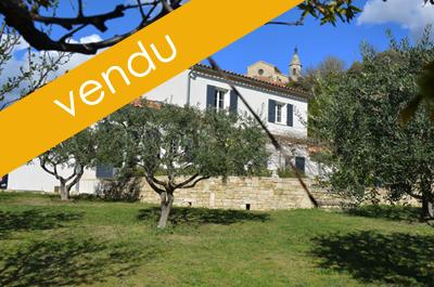 villa haut de gamme avec piscine à vendre, situé au cœur d'un joli village Provençal