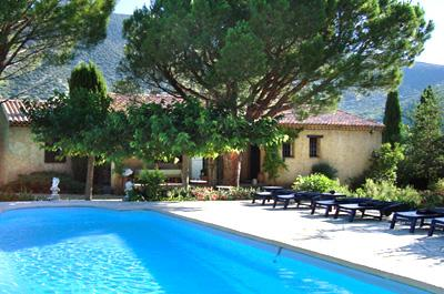 Single story house with large garden and swimming pool for sale in the Luberon region with rare view of the French Colorado