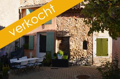 authentieke Provençaalse dorpswoning te koop, gelegen in een pittoresk wandelstraatje met plein op de flanken van de Mont Ventoux